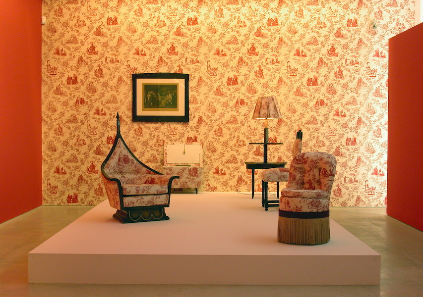 Renée Green. Mise-en-Scène: Commemorative Toile, 1992–94. Photograph, upholstered chair, wall treatment, wallpaper. Dimensions variable. Photograph courtesy of the artist and Free Agent Media; chair, collection of Eileen Harris Norton; wallpaper courtesy of the artist, Free Agent Media, and the Fabric Workshop.